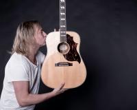Per-Ola Sandberg med gitarr